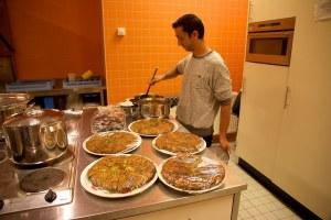 De uit Afghanistan afkomstige kok aan het werk. Foto: Anton Groeneschey.