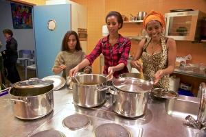 Het Eritrese kookteam aan het werk in de keuken van het Huis van de Wijk Buitenveldert. Foto: Anton Groeneschey